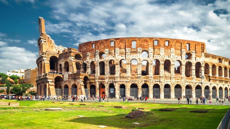 Colosseum o Colosseo a Roma alla luce solare, Italia fotografia stock libera da diritti
