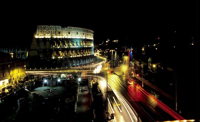 Colosseum romain la nuit images stock