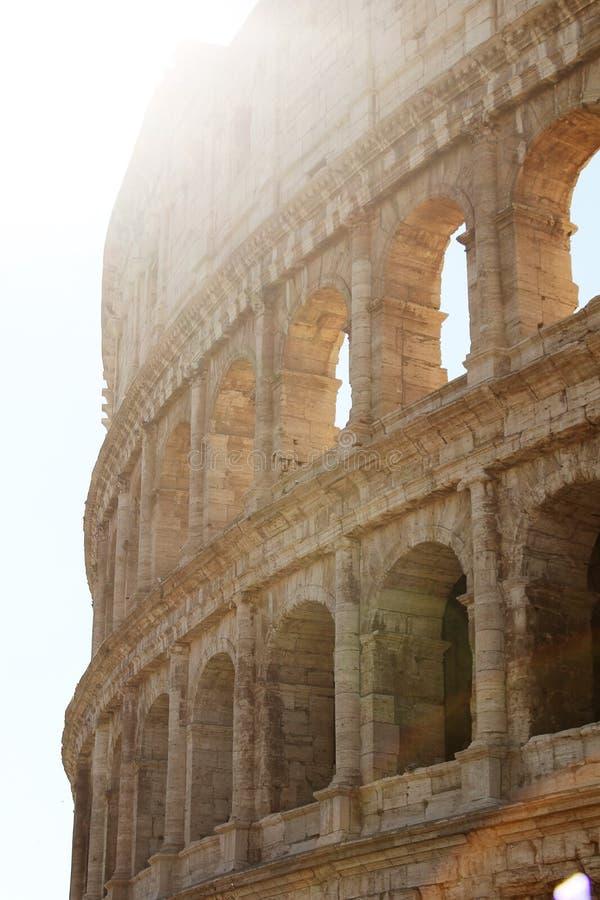 Colosseum romano su un fondo di chiaro cielo blu fotografia stock