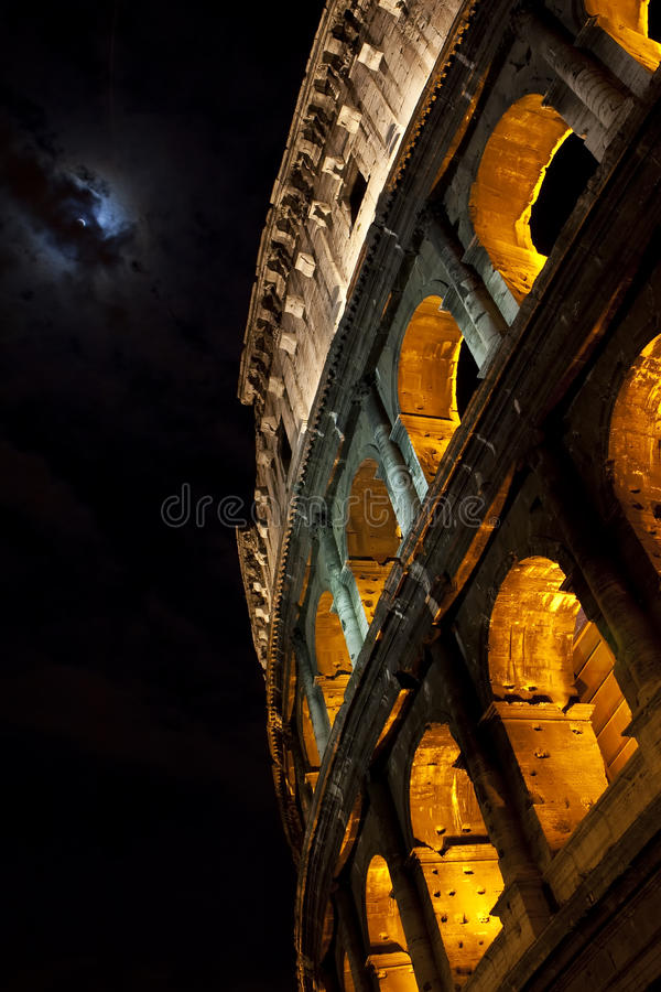 Colosseum, Rome, in het maanlicht. stock foto