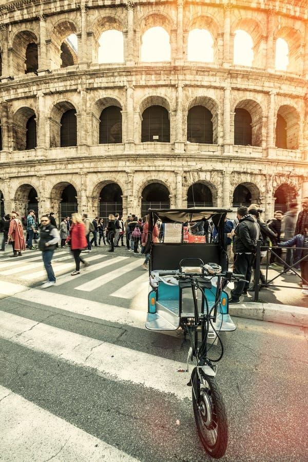 Colosseum, Rome l'Italie Voûtes et foules des personnes photo stock