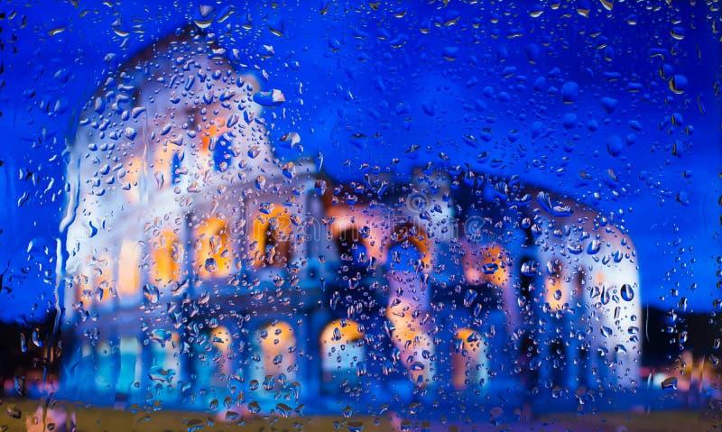 Colosseum Rzym - Można i chwała Antyczny Rzym Widok miasto od okno od wysokiego punktu podczas deszczu fotografia royalty free