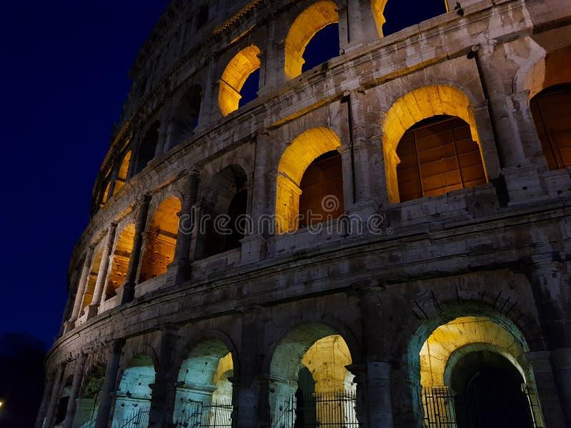 Colosseum w Rzym Włochy przy nocą popularna sławny i punkt zwrotny obrazy royalty free