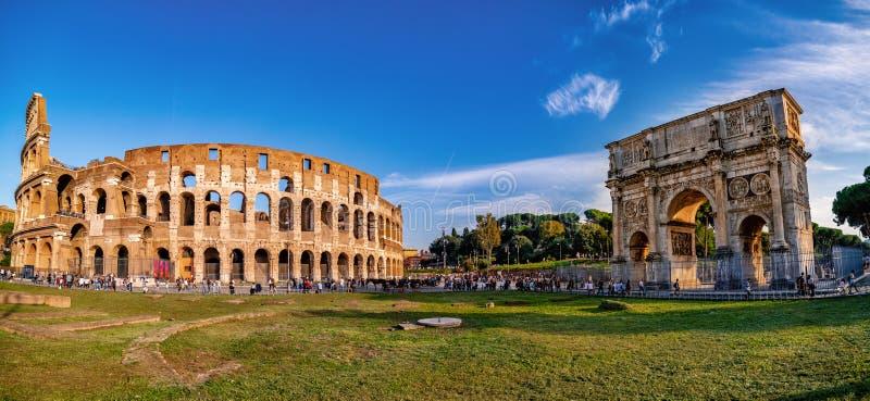 Colosseum y arco de Constantina, visión panorámica, Roma, Italia foto de archivo