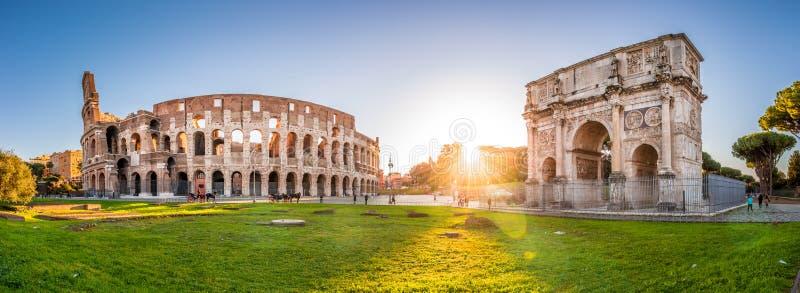 Colosseum y Constantine Arch en la puesta del sol, Roma, Italia imagenes de archivo