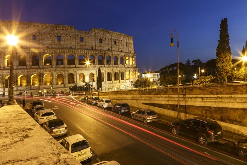 Colosseum y semáforos en la noche fotografía de archivo