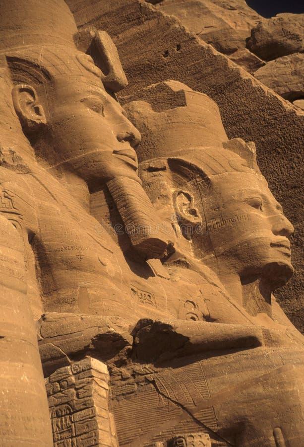Colosso di Rameses II, figure messe fotografia stock