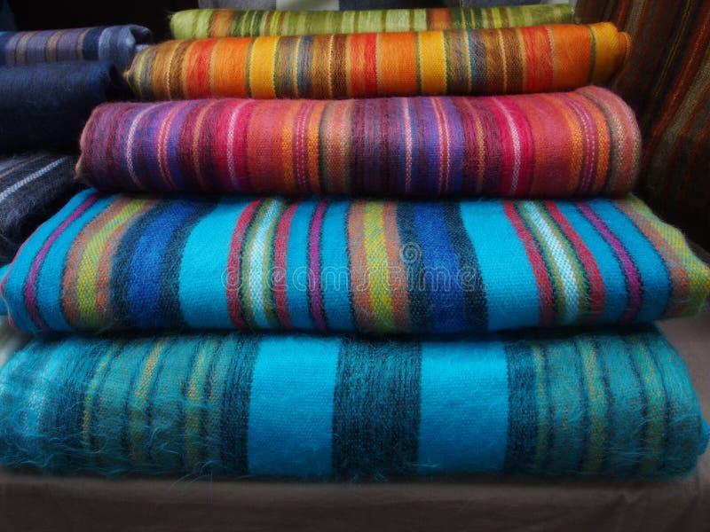 colouful羊魄地毯在Spitalfields市场上, 库存照片