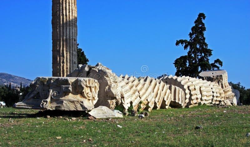 Coloumn a écrasé à la terre dans le temple de Zeus à Athènes image libre de droits