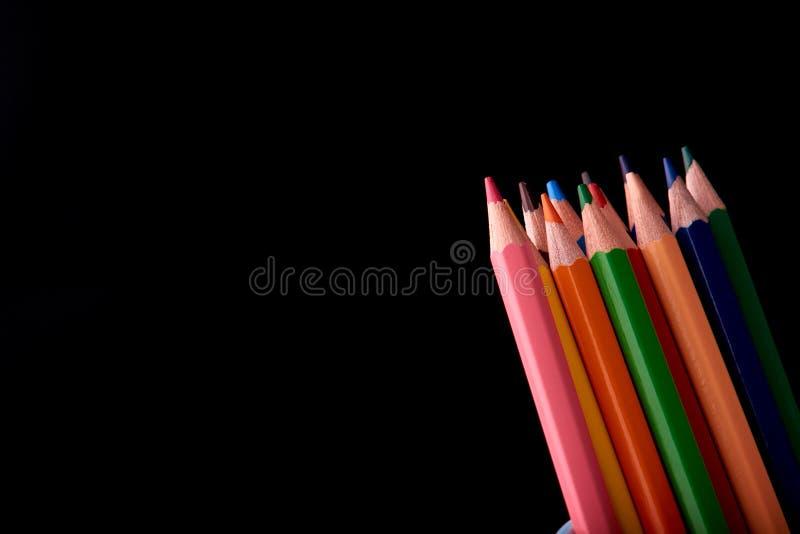 Colour ołówki odizolowywający na czarnym tła zakończeniu up zdjęcia stock