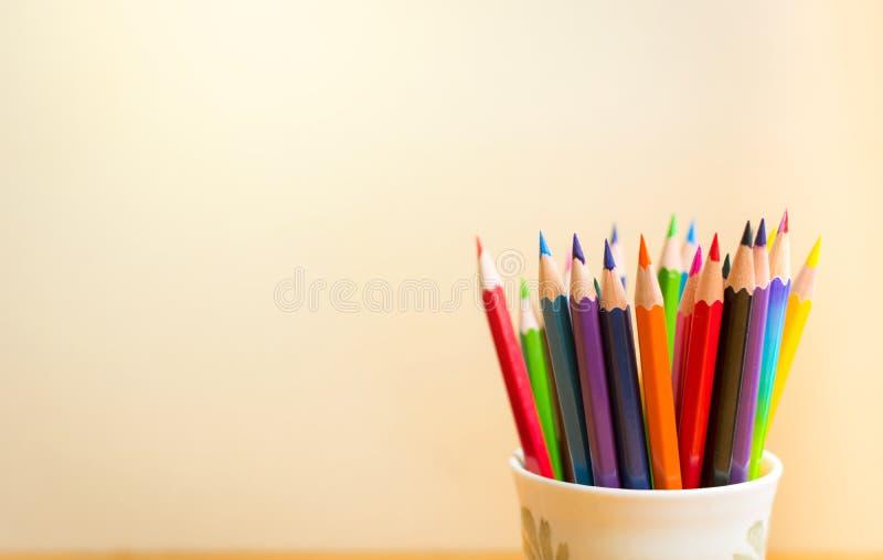 Colour ołówki z jasnym tłem fotografia stock