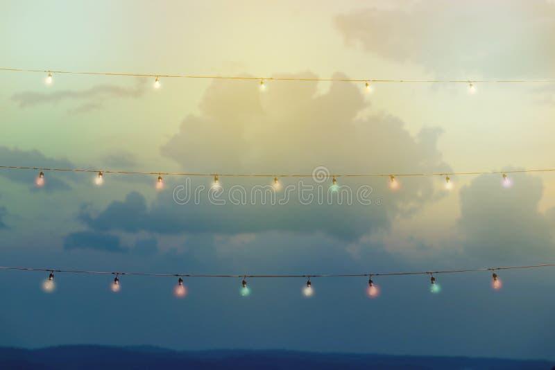 Colour sznurek zaświeca wystrój w plenerowym przyjęciu obraz stock
