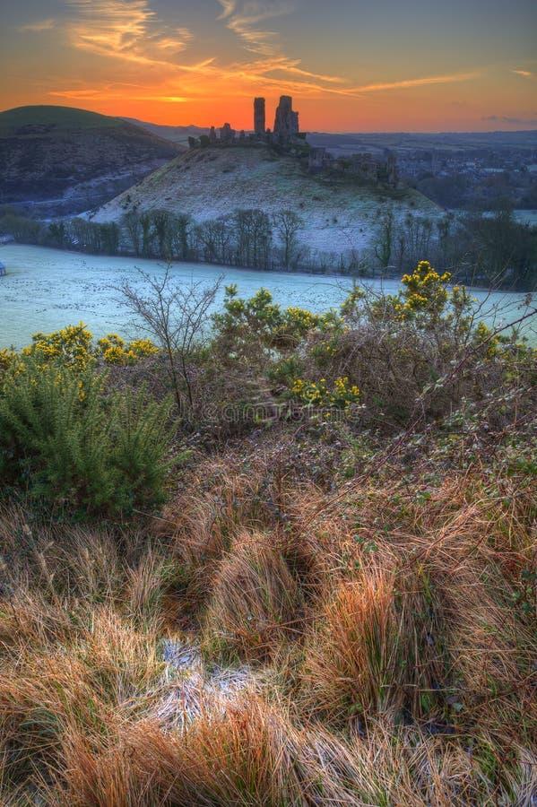 Colourburst del pre-amanecer de la salida del sol del invierno del castillo de Corfe imagen de archivo