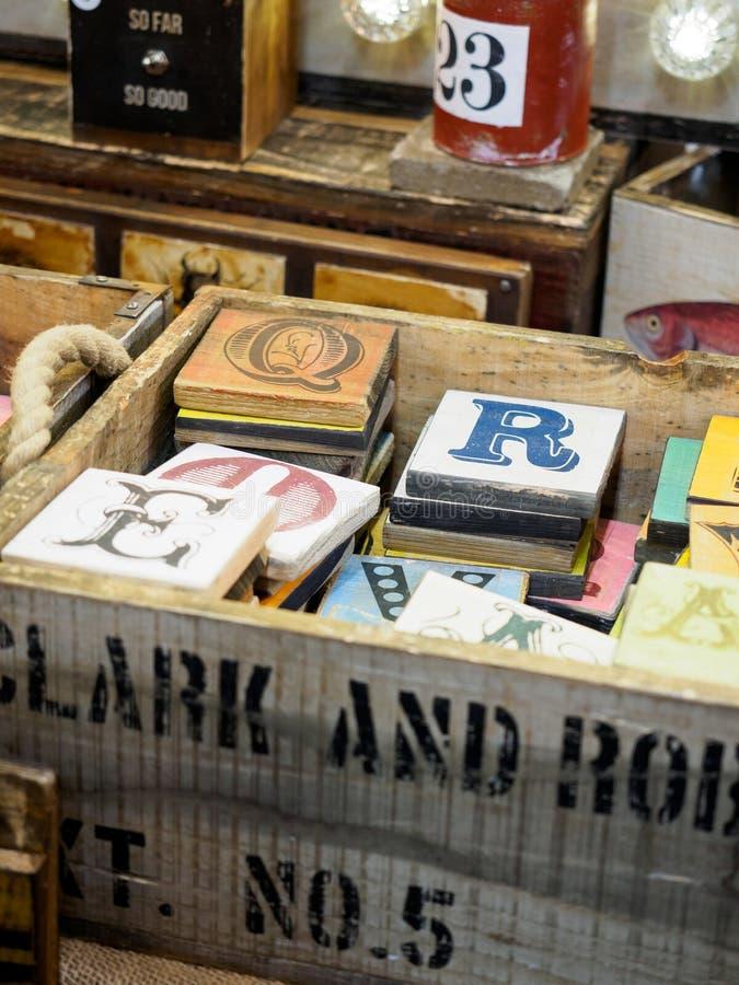 Coloured abecadło listy na drewnianych deskach w białym drewnianym pudełku zdjęcia royalty free