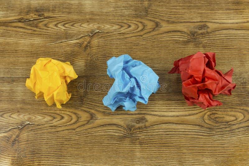 Coloured a chiffonné les boules de papier sur le bois Concept de crise de créativité Ensemble de boules de papier jaunes, bleues  photos libres de droits