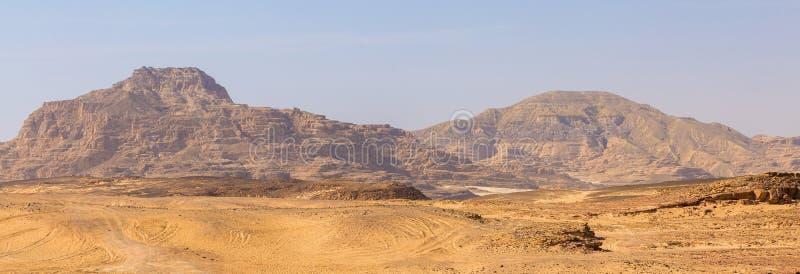 Coloured jar jest rockowym formacją na Południowym Synaj Pustyni skały stubarwny piaskowcowy tło fotografia stock