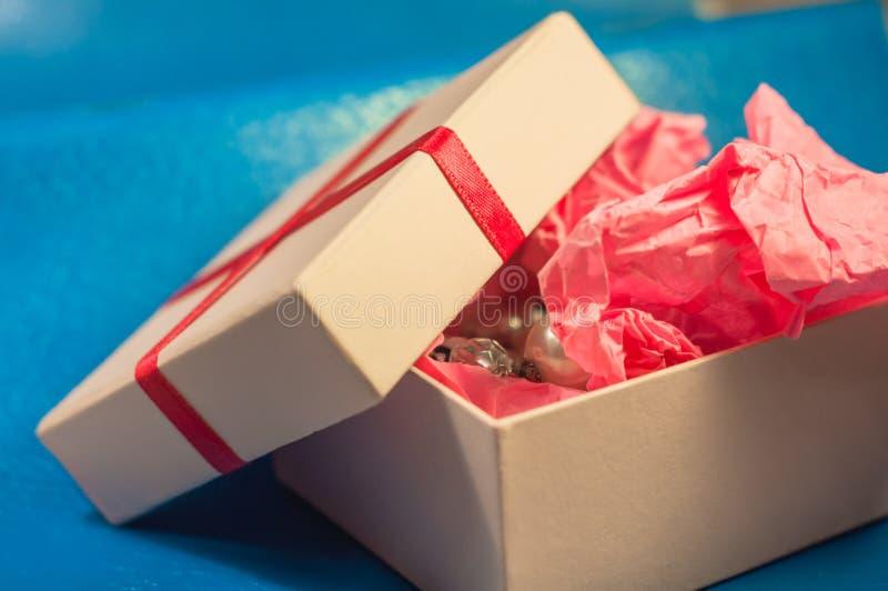 Coloured pudełko z różowym teraźniejszym papierem zdjęcie stock