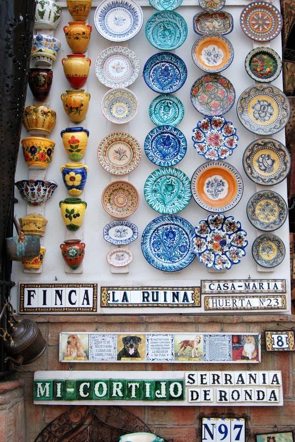 Colourful ceramiczni garnki na i talerze robią zakupy ścianę, Ronda, Hiszpania fotografia royalty free