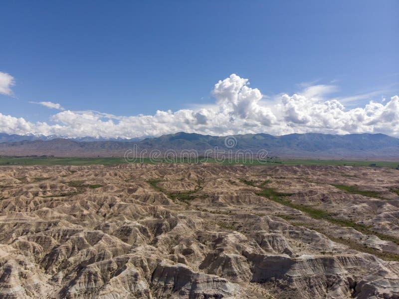 Colourful Czerwone Rockowe formacje Skazka bajki jar Issyk-kul Kirgistan Jeziorna centrala Azja Dron Arial krótkopęd zdjęcia stock