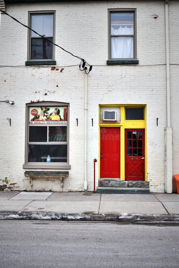 Colourful drzwi w czerwieni i kolorze żółtym obraz stock