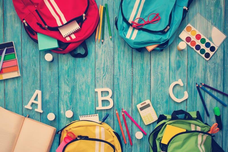 Colourful dzieci schoolbags na drewnianej podłoga obrazy royalty free