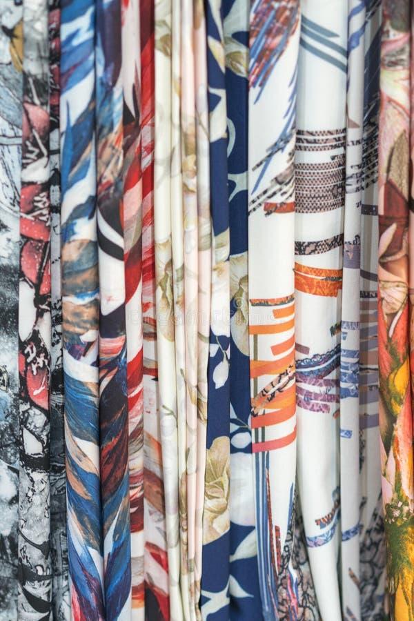 Colourful etniczni scarves w Medina lokacji - zamyka w górę i pełna rama Multicolor tkaniny tło Pionowo fotografia obrazy stock