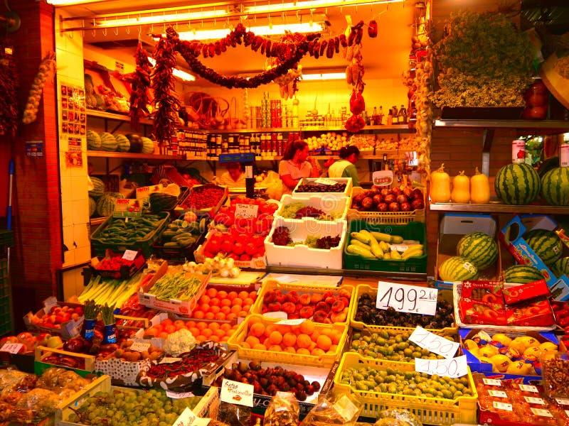 Colourful i zróżnicowany pokaz świeży owoc i warzywo zdjęcie stock