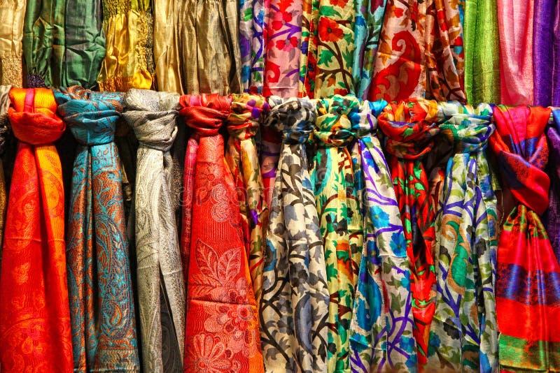 Colourful jedwabniczy szaliki przy wprowadzać na rynek kram obraz stock