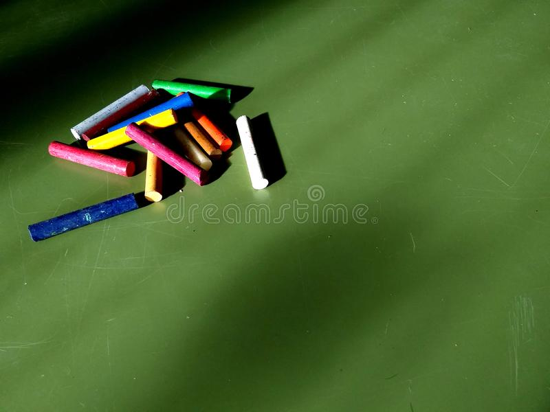 Colourful kredki, nafciani pastele odizolowywający na desce, rocznik starej szkoły skutek - tło dla pisać obrazy royalty free