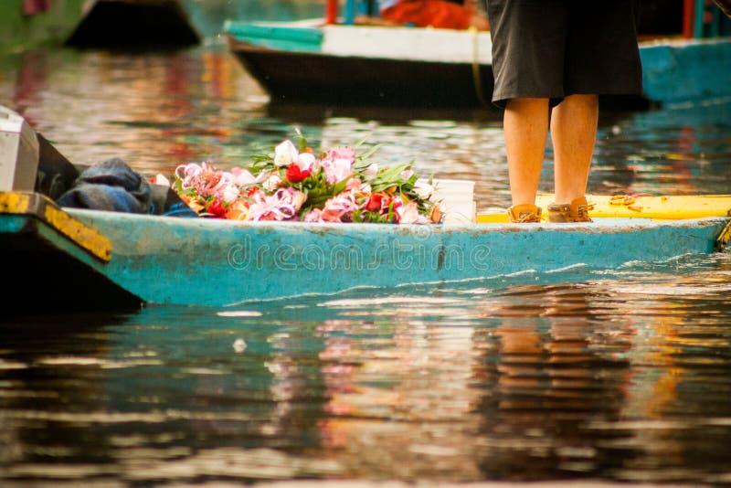 Colourful Meksykańskie gondole przy Xochimilco Spławowymi ogródami w M zdjęcie stock