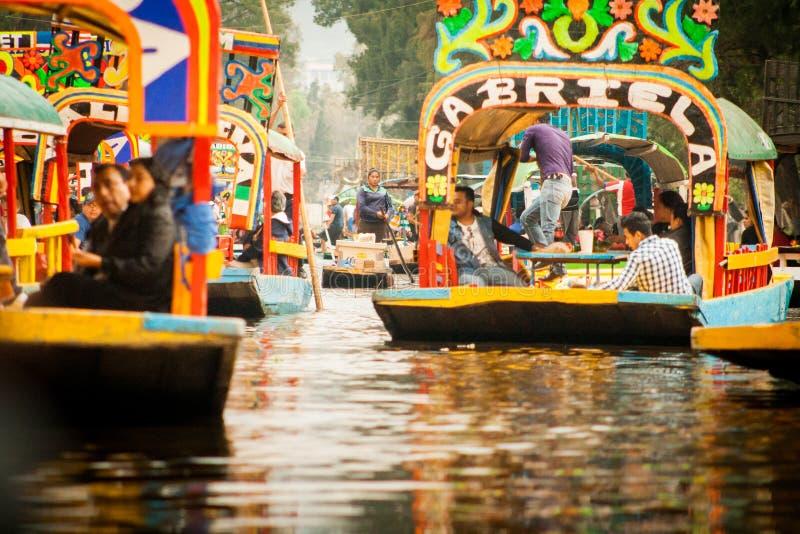 Colourful Meksykańskie gondole przy Xochimilco Spławowymi ogródami w M zdjęcia stock