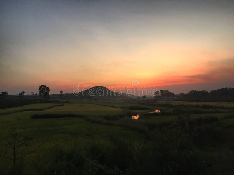 Colourful słońce ustawiający w Koraput, India zdjęcia royalty free