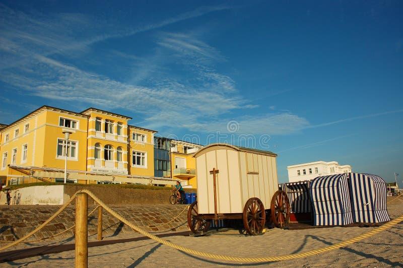 Colourful strandkorbs przy Północnym morzem i zdjęcia royalty free