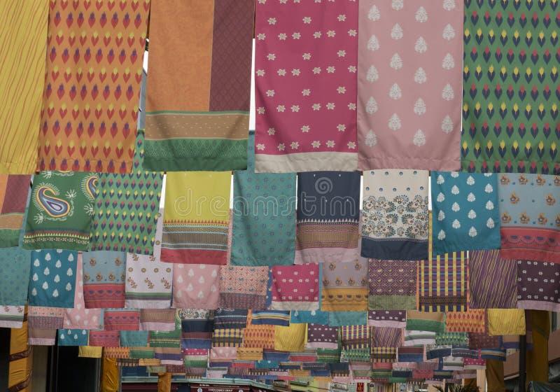 Colourful szaliki na clothesline w ulicie obrazy stock