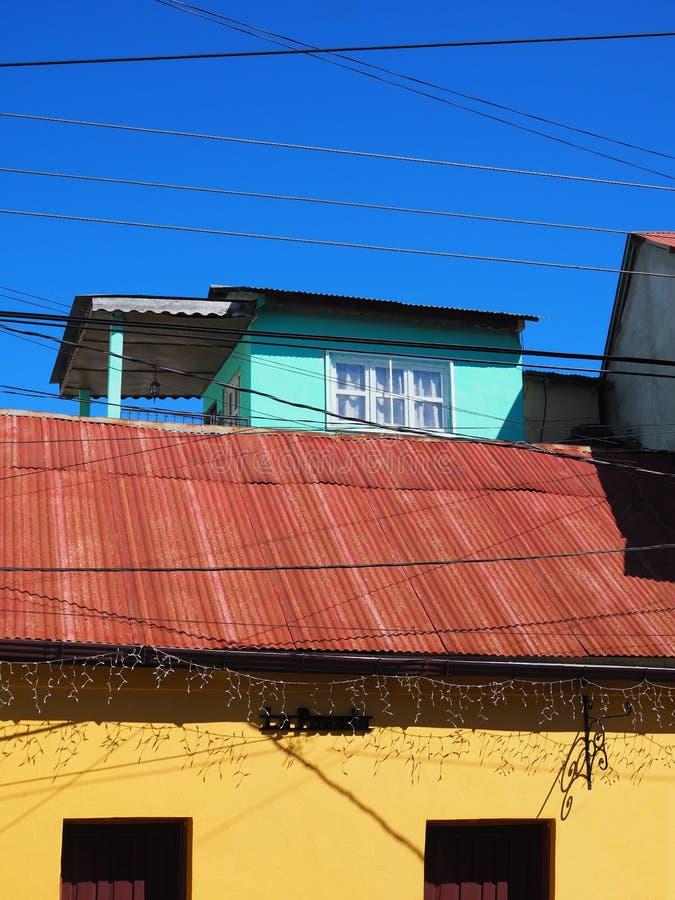 COLOURFUL WINDOWS & DRZWIOWA architektura - FLORES, GWATEMALA obraz stock