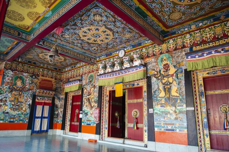 Colourful wn?trze w?rodku Rumtek monasteru, Sikkim, India obraz royalty free