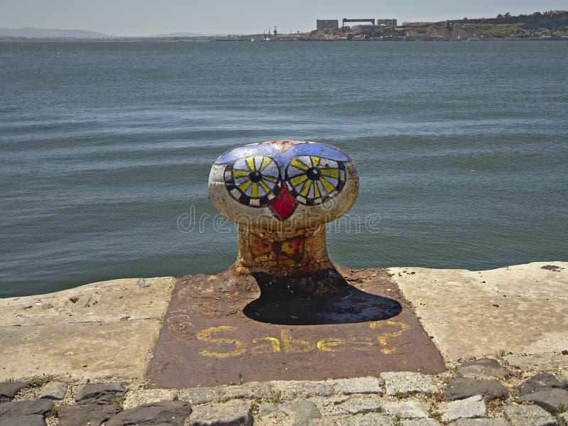 Colourfull有被绘的鸟面孔的停泊系船柱在河Tejo,里斯本岸  库存照片
