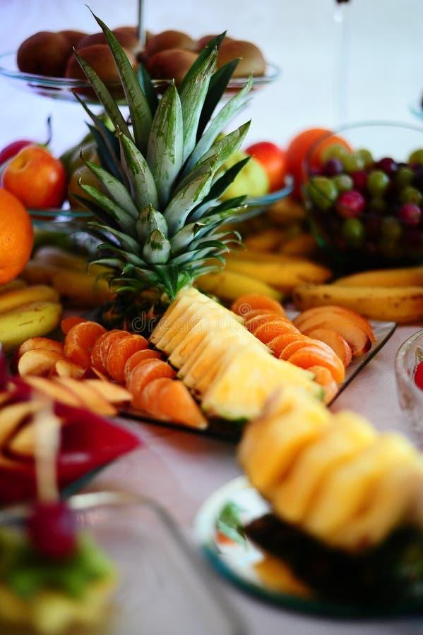 Colourfull-Fruchtanordnung mit pineaple Apfel und Trauben lizenzfreie stockfotos