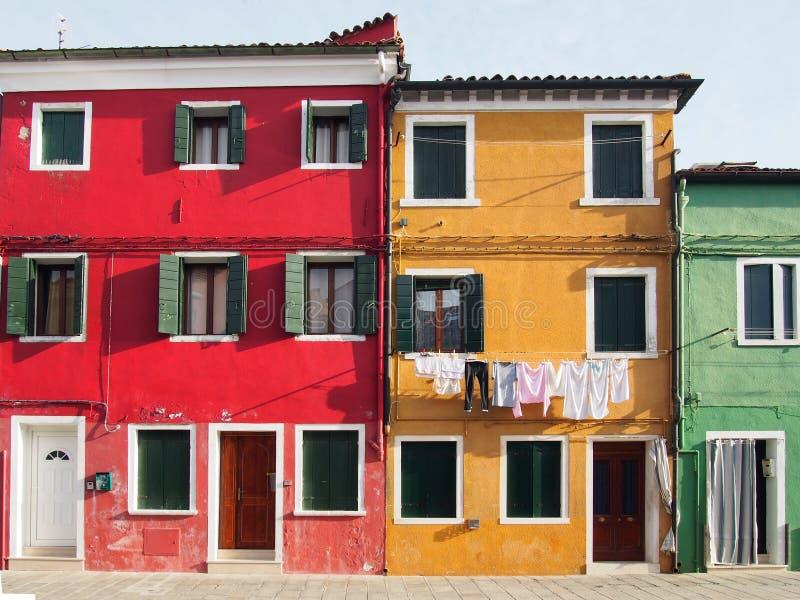 Colourfull ha dipinto le case su una via in burano a Venezia immagini stock