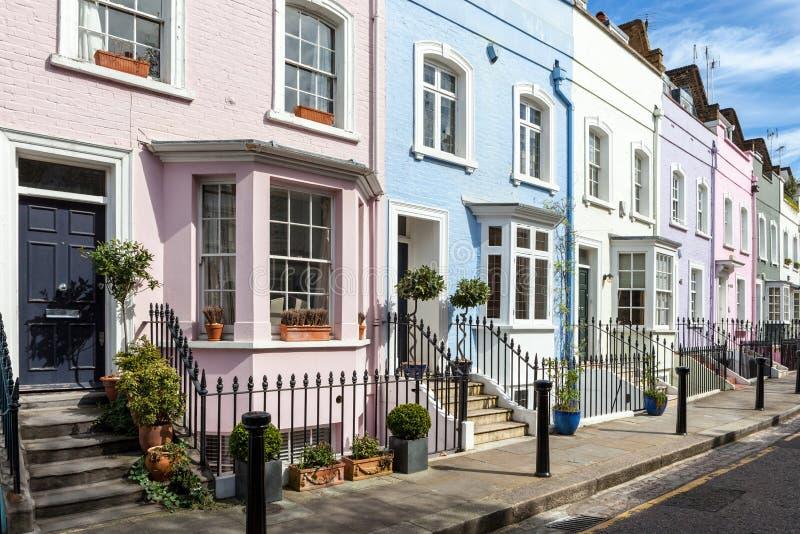 Colourfully målade viktorianska terrasshus arkivbilder