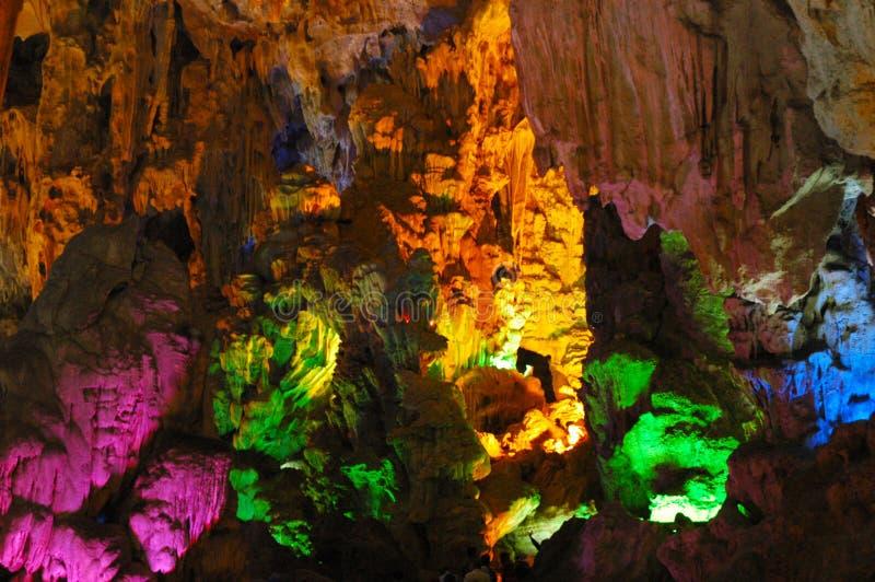 Colourfully tänt vagga bildande inom en grotta royaltyfri fotografi