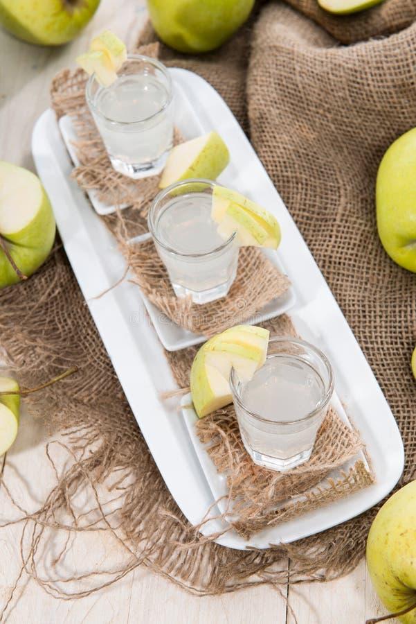 Colpi del liquore di Apple immagine stock