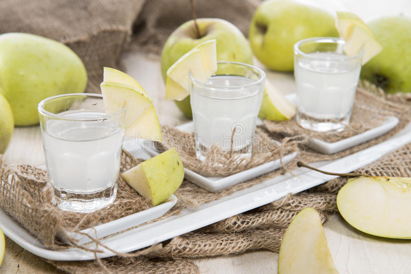 Colpi (liquore di Apple) fotografia stock