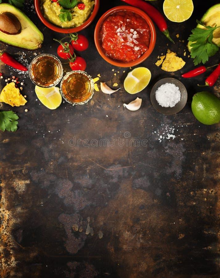 Colpi messicani di tequila e dell'alimento immagine stock