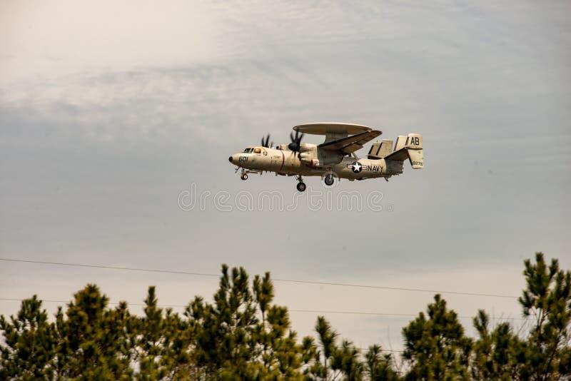 Colpi violenti isola, la Virginia - 28 marzo 2018: L'aeroplano di Hawkeye della marina alla NASA pesta il centro fotografia stock libera da diritti
