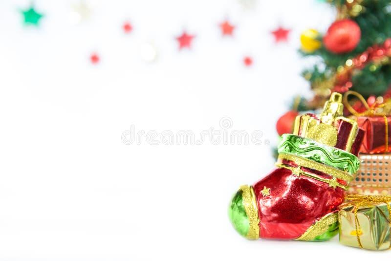 Colpisca con forza la decorazione del giocattolo del contenitore di regalo dell'ornamento e dell'albero di Natale o Ne fotografia stock libera da diritti