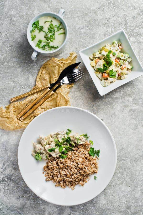 Colpisca il ristorante, l'opzione del menu, il filetto alla Stroganoff, l'insalata verde e la minestra di pollo immagini stock
