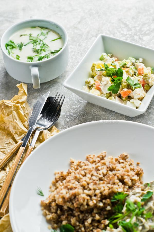 Colpisca il ristorante, l'opzione del menu, il filetto alla Stroganoff, l'insalata verde e la minestra di pollo fotografia stock libera da diritti