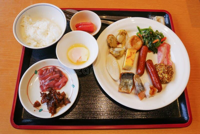 Colpisca la cena che l'alimento con onsen l'uovo, calamaro del fermento, salmone e pettine grigliati, salsiccia e bacon all'hotel fotografia stock libera da diritti