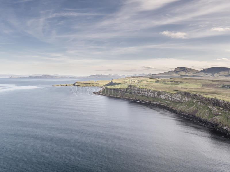 Colpo aereo cinematografico della linea costiera drammatica alle scogliere vicino alla cascata famosa della roccia del kilt, Skye fotografia stock libera da diritti